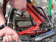 Der Fahrraddieb wollte die Hinterräder der Bikes abmontieren. Ein Passant kam ihm in die Quere.