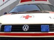Die Rettung brachte den Mann nach seinem zwölf-Meter Sturz ins Krankenhaus.