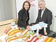 Giny Boer von Ikea und Caritas-Direktor Dr. Michael Landau bei der Übergabe der Betten.