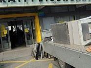 Der Bankomat wurde im Foyer einer Bank gesprengt.