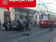Die Feuerwehr brachte das Unfallfahrzeug von den Schienen weg.