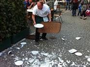 Ein Schweizerhaus-Kellner verlor ein Tablett: Scherben bringen Glück.