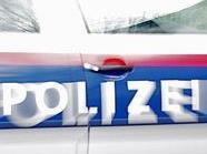 Ein inhaftierter trat eine Polizisten nieder, der trug eine Bänderverletzung davon.