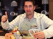 Julian Kabitzke freut sich über den Gewinn des Everest Poker ONE.