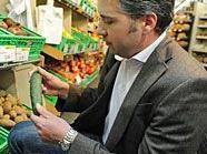 Alexander Hengl, Sprecher des Wiener Marktamtes, inspiziert eine Gurke, die nicht aus Spanien stammt.