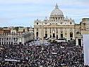 Alle Straßen rund um den Petersplatz belagert