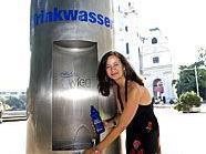 Auch im Wiener Resselpark befindet sich ein mobiler Trinkbrunnen, wie Umweltstadträtin Ulli Sima präsentiert.