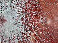 Beim Einbruch in ein Geschäft wurde eine Fensterscheibe zerstört.