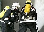 Die Feuerwehr kämpfte unter Atemschutz gegen das Feuer.