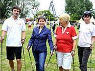 Gesundheitsstadträtin Mag.a Sonja Wehsely mit der Nordic Walking-Gruppe beim Gesundheitsspektakel auf der Kaiserwiese vor dem Riesenrad