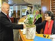 Landtagspräsident Prof. Harry Kopietz gratulierte einer Mitarbeiterin des Evangelischen Krankenhauses zum Jubiläum im Empfangsraum des Hauses.