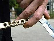Mit einem Messer wollte der Mann seiner Forderung Nachdruck verleihen.