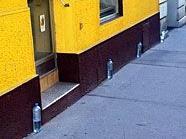 Plastikflachen sollen Hunde davon abhalten, gegen Hauswände zu urinieren.