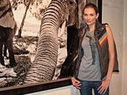Victorias Secret Model Amber Arbucci eröffnet Fotoausstellung in 1020 Wien.