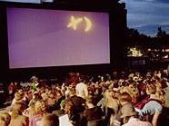 """Zum mittlerweile dritten Mal steigt am Karlsplatz das """"Kino unter Sternen""""."""