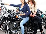Auch Carmen Stamboli, Miss Austria 2011,  und Tanja Kriegner, Vize Miss Vienna 2011, legten sich für die Harley-Davidson Charity-Tour ins Zeug.