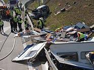 Das Auto und der Wohnwagen wurden völlig zerstört.