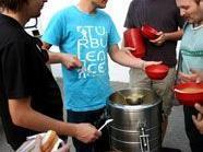 Der Canisibus liefert täglich zur gleichen Zeit warmes Essen an Bedürftige