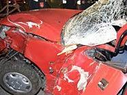 Der PKW Lenker prallte gegen einen Baum, nachdem er von der Straße geflogen war.