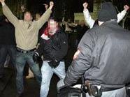 Die ersten gewaltbereiten Fußballfans wurden in Wien bereits festgenommen. (Symbolbild)