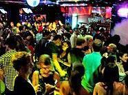 Freude beim Partyvolk der Stadt: Die Sperrstunde ist bis 6.00 Uhr verlängert.