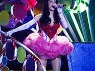 Katy Perry singt trotz Schmerzen