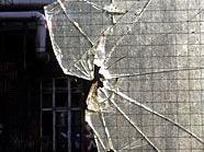Nachdem er eine Glastür eingeschlagen hatte, griff ein 62-Jähriger die Polizei.
