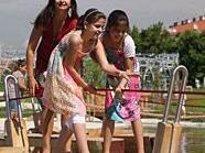 Stadträtin Ulli Sima eröffnete mit den Kids den Wasserspielplatz.