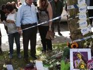 Amy Winehouses Eltern und Bruder sehen sich die Hinterlassenschaften der trauernden Fans vor ihrem Haus an.