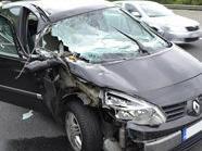 Aus diesem Wrack stiegen alle drei Passagiere unverletzt aus.