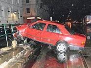 Bei dem Unfall durchbrach der Wagen gleich zwei Gländer.