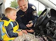 Einmal in einem richtigen Polizeiauto sitzen: Für viele Kids das Größte.