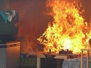 Frau in brennender Wohnung gefangen bis die Feuerwehr sie retten konnte