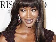 Naomi Campbell steht für Givenchy for der Kamera