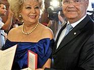 """Birgit Sarata wurde mit dem """"Goldenen Ehrenzeichen für Verdienste um die Republik Österreich"""" ausgezeichnet."""
