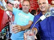 Herbert Prohaska und Hans Krankl übten sich als Barkeeper für den guten Zweck.