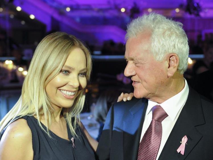 """Schauspielerin Ornella Muti (l.) und Frank Stronach vor Beginn des Galadinners zu Gunsten der Krebshilfe im Rahmen der """"Pink Ribbon Night""""."""