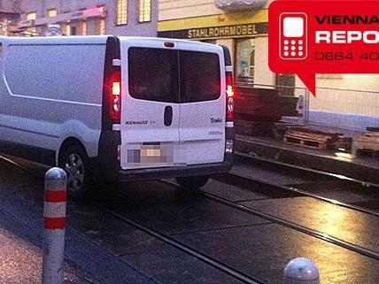 Der Kleinbus geriet immer wieder gefährlich nahe an die offenen Gleiskörper
