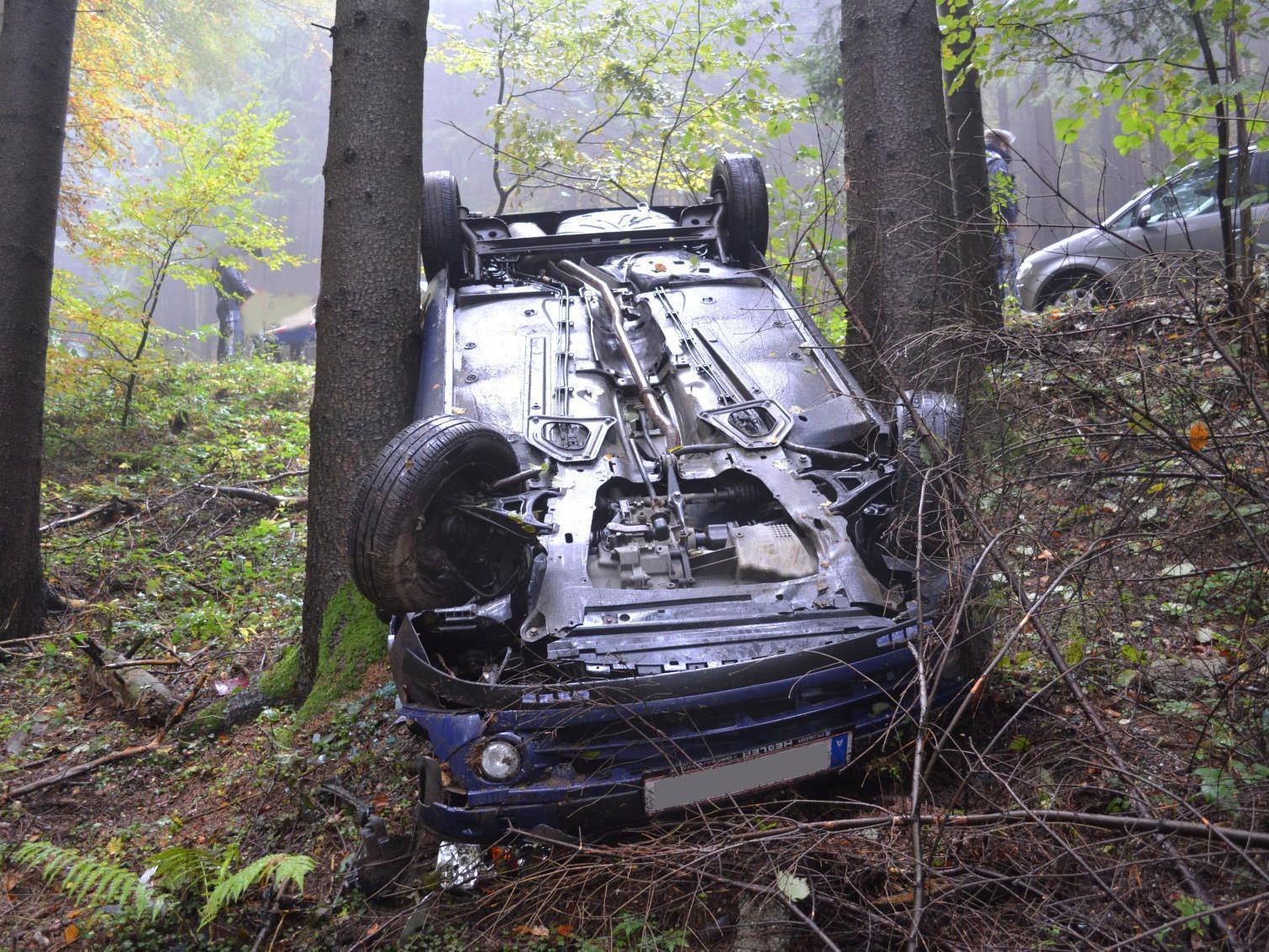 Wie durch ein Wunder kam der Unfall-Fahrer in Aspang unverletzt davon