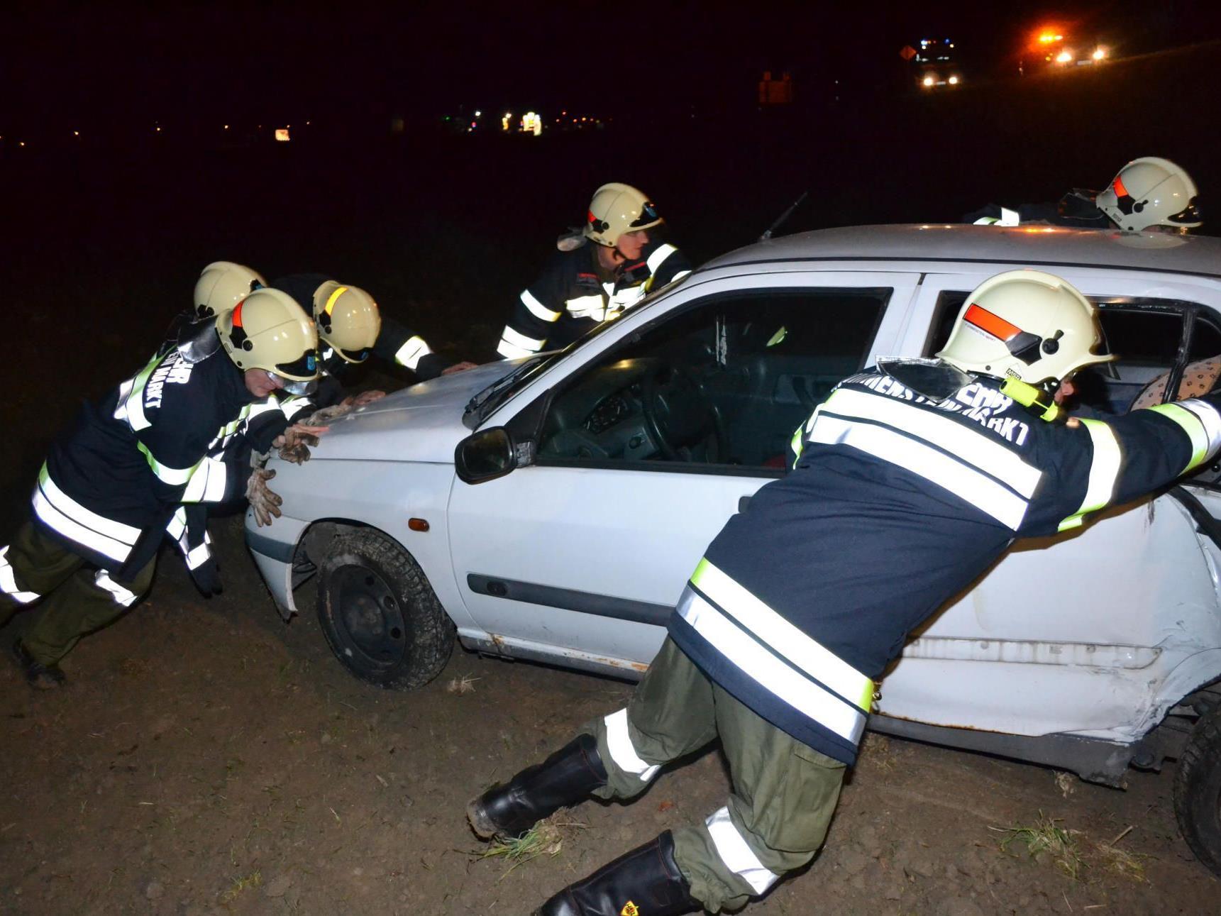 NÖ/ Bez. Neunkirchen: Verkehrsunfall auf der B54 bei Grimmenstein - die Feuerwehr beim Bergen des Unfallautos.