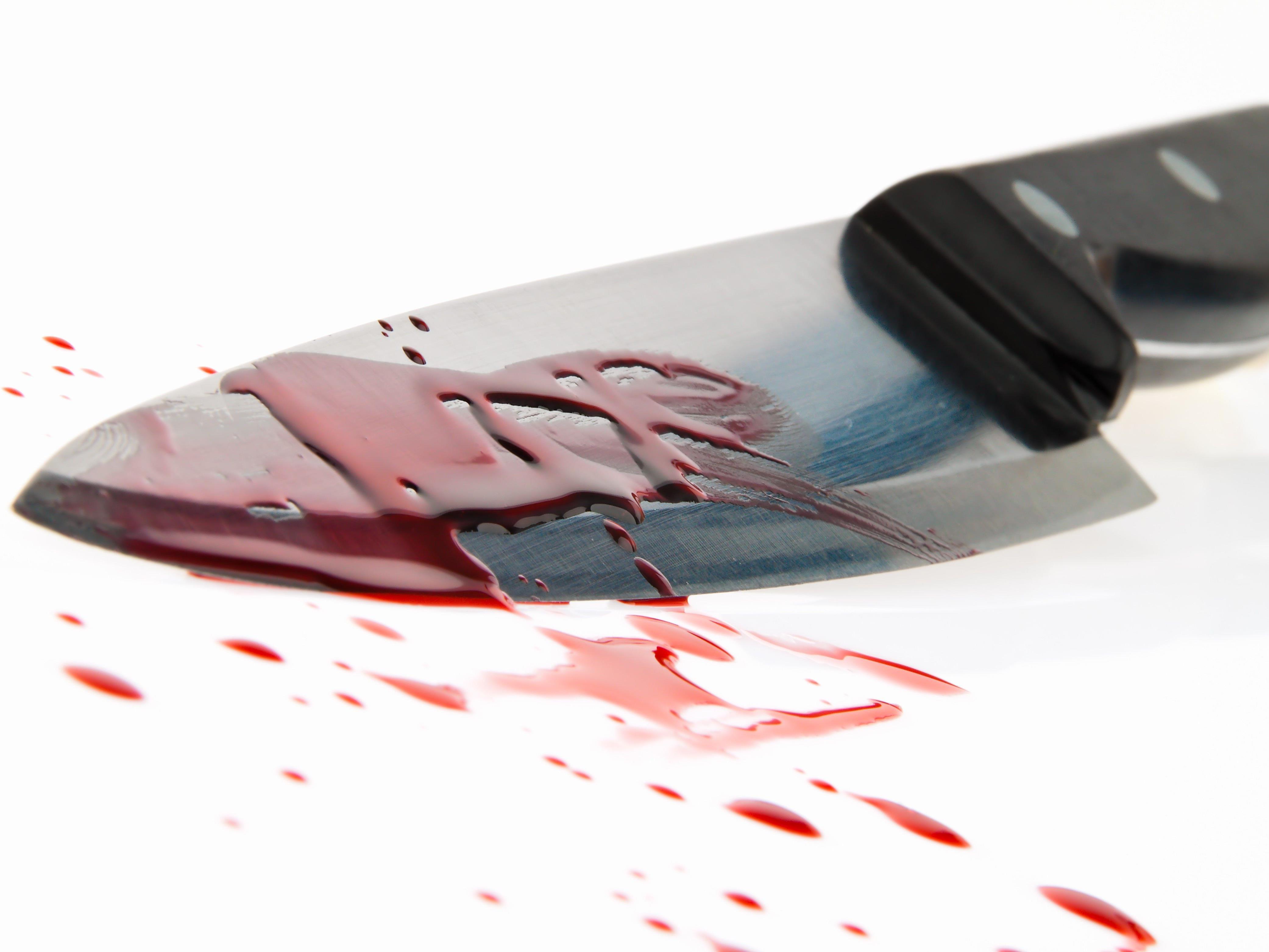 Der Täter attackierte sein Opfer mit einem Messer