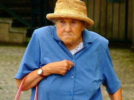 Der Dieb war in der Innenstadt unterwegs und raubte die Handtasche einer Seniorin