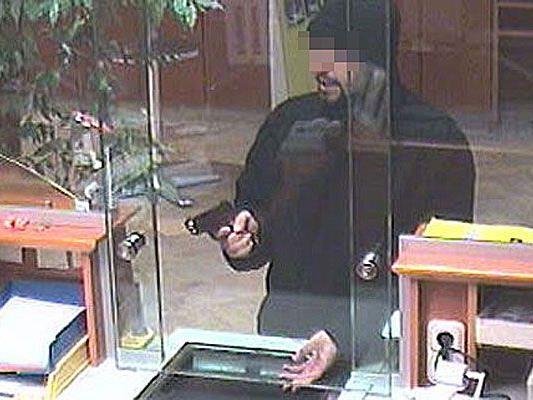 Wer kennt diesen Mann, der in Biedermannsdorf (Bez. Mödling) eine Bank überfiel?