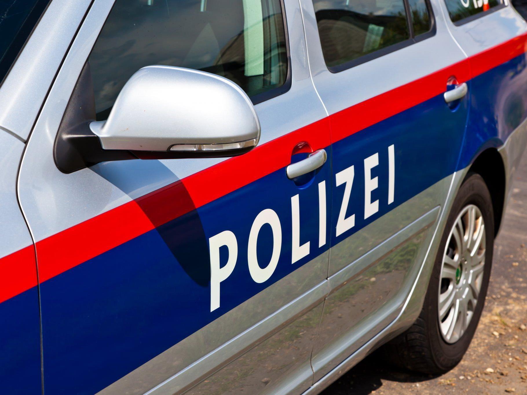 Ein Wiener wurde von zwei Unbekannten nach einer Flasche Vodka ausgeraubt.