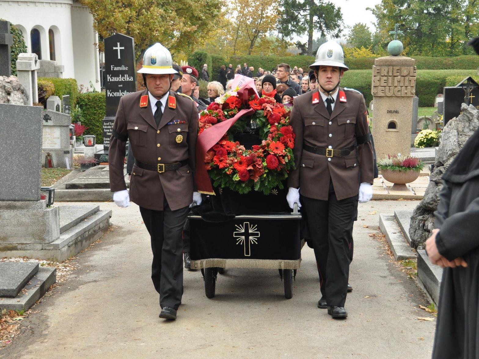 Große Anteilnahme bei der Beerdigung des verunglückten Feuerwehrmannes.