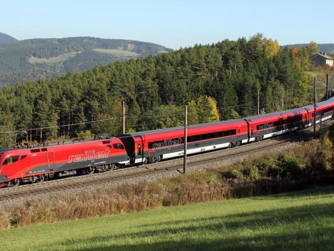 Der ÖBB Hochgeschwindigkeitszug Railjet auf der Südbahnstrecke am Dienstag, 18. Oktober 2011. Die Hochleistungszüge werden ab nun fahrplanmäßig zunächst die Strecke Wien - Graz bedienen.