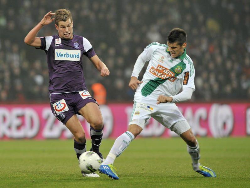 Rapids Christopher Trimmel (r.) kämpft mit Austrias Alexander Grünwald um den Ball.