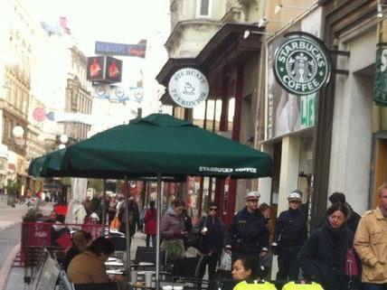 """Aufregung um einen """"Bombenalarm"""" beim Starbucks in der Neubaugasse."""