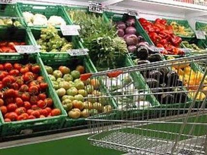 In einem Supermarkt in Wien 23 rauften Angestellte mit einem Räuber.