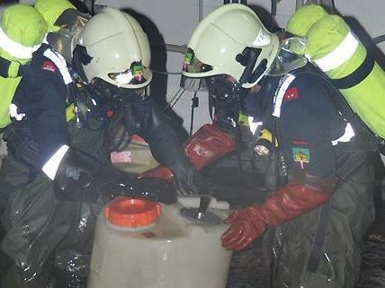 Die Feuerwehr beim Bergen des Schwefelsäurefaßes in der Eventpyramide Vösendorf.